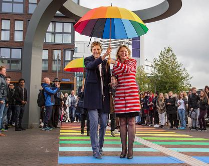 coming-out-dag-2016-lelystad-opening-regenboogpad-door-wethouder-janneke-sparreboom-en-coc-voorzitter-tanja-ineke-fotostudio-wierd-detail-klein